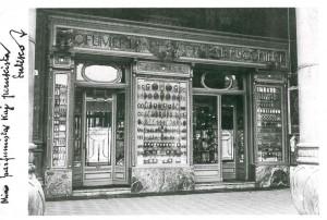Profumeria e Parrucchiere F.lli Gatti, esterno, 1921-1925 (Riproduzione da libro: Artusio, L. - Bocca, M. - Governato, M., 2002 p. 161 n. 306)
