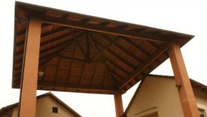 Dettaglio della copertura del portale di ingresso alla cascina Grangia. Fotografia di Edoardo Vigo, 2012.