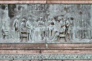 Giovanni Duprè, Monumento a Camillo Benso Conte di Cavour (bassorilievo raffigurante il Congresso di Parigi), 1865-1873. Fotografia di Mattia Boero, 2010. © MuseoTorino.