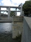 Ponte Carpanini. I bastioni sono rivestiti con pietre naturali provenienti dai  materiali recuperati dalla demolizione del vecchio ponte ottocentesco Principessa Clotilde. Fotografia L&M, 2011