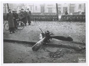 Corso Vinzaglio, resti di un aereo abbattuto. Effetti prodotti dai bombardamenti dell'incursione aerea dell'8-9 dicembre 1942. UPA 2744_9C05-55. © Archivio Storico della Città di Torino/Archivio Storico Vigili del Fuoco
