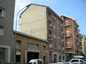 Edificio ad uso abitativo e commerciale in Via Aosta 23