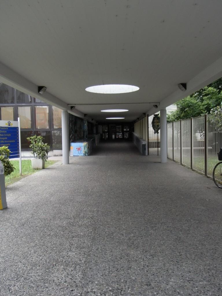 centro civico circoscrizionale di corso vercelli 15 il corridoio di ingresso coperto dalla pensilina in cemento armato fotografia lm 2011