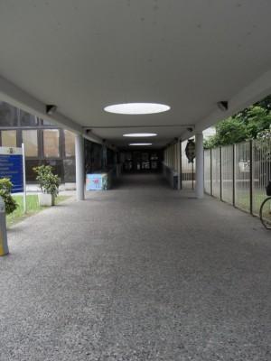 Centro civico circoscrizionale di corso Vercelli 15. Il corridoio di ingresso coperto dalla pensilina in cemento armato. Fotografia L&M, 2011.