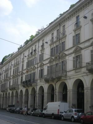 Edificio ad uso abitazione e negozi in via Po 34