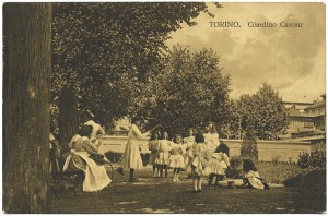 Giardini Cavour con giochi di bimbe. © Archivio Storico della Città di Torino