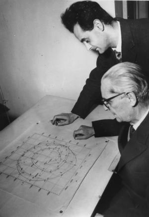 Il professor Gino Cecchini, direttore dell'Ufficio Internazionale di Latitudini, osserva con un assistente un grafico della polodia, 1959