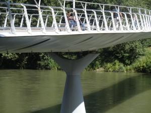 Passerella pedonale Chiaves-Carrara. I suoi caratteristici piloni in calcestruzzo armato a forma di Y accentuano il senso di leggerezza. Fotografia L&M, 2011.