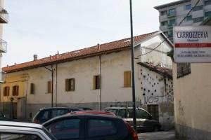 Il retro dell'edificio visto dall'interno n. 10 di via Paisiello; è ancora perfettamente visibile il fabbricato di servizio utilizzato probabilmente per il ricovero di piccoli animali domestici. Fotografia Giuseppe Beraudo, 2009