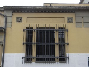 Particolare di una finestra dell'edificio con decorazione a motivi zoomorfi. Fotografia L&M, 2011.