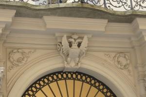 Particolare dell'ingresso del palazzo Pallavicino Mossi, già Caisotti di Casalgrasso. Fotografia di Edoardo Vigo, 2012.