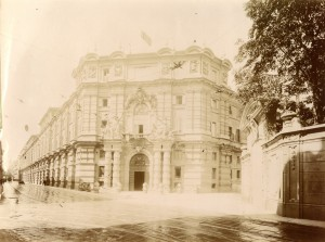 Regio Arsenale, portale monumentale e facciata. Fotografia di Mario Gabinio, 14 agosto 1925. © Fondazione Torino Musei