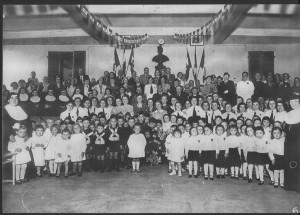 Scuola materna Luigi Grassi di Bertolla, gestita dalle suore di Maria Ausiliatrice, anni Trenta; al centro il commendatore. © Archivio Museo dei Lavandai.