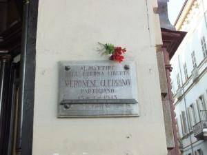 Lapide in memoria di Guerrino Veronese in piazza Castello ang. via Accademia delle Scienze. Fotografia di Paola Boccalatte, 2013. © MuseoTorino