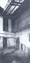 Foto storica di un ballatoio interno alla cascina Bellacomba. © EUT 6.