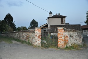 Muro perimetrale sud della cascina Perrone. Fotografia di Ilenia Zappavigna, 2012.