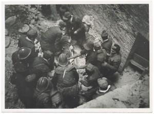 """Corso San Martino, """"[...] recupero vittime"""". Effetti prodotti dai bombardamenti dell'incursione aerea del 20-21 novembre 1942. UPA 1847_9B02-02. © Archivio Storico della Città di Torino"""