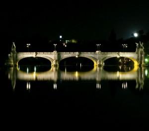 Ponte Umberto I di notte. Fotografia di Alex Soppera, 2012.