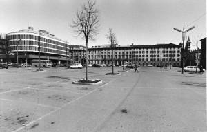 Piazza Valdo Fusi con parcheggi, anni Ottanta © Archivio Storico della Città Torino (FT 13A18_004)