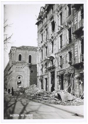 Corso Giulio Cesare angolo Via Vittorio Amedeo Cignaroli 3. Effetti prodotti dai bombardamenti dell'incursione aerea dell'8-9 dicembre 1942. UPA 2752D_9C05-61. © Archivio Storico della Città di Torino