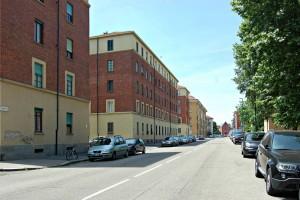 Vista lungo via Carlo del Prete, sulla sinistra case popolari. Fotografia di Elena Piaia, 2017