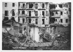 Via Monginevro. Effetti prodotti dai bombardamenti dell'incursione aerea del 9 dicembre 1942. UPA 3128_9D04-17. © Archivio Storico della Città di Torino