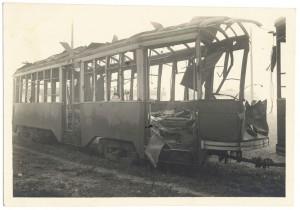 """S.l. Torino, resti di vettura tranviaria """"2514"""". Effetti prodotti dai bombardamenti dell'incursione aerea del 1° dicembre 1943. UPA 4207_9E04-31. © Archivio Storico della Città di Torino"""