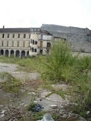 Scorcio dell'Istituto salesiano Richelmy in via di demolizione, con la caratteristica scala a chiocciola.  Fotografia di Carlo Pigato, agosto 2010