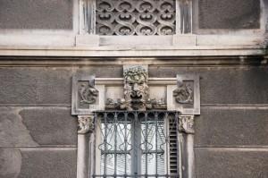 Particolare dei mascheroni e degli altri elementi decorativi in litocemento nei sovra finestre. Fotografia di Giuseppe Beraudo, 2011