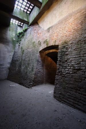 Il tratto di fossato della mezzaluna del Soccorso oggi visibile è stato ripristinato durante i lavori preliminari all'apertura del Museo. Fotografia di Paolo Bevilacqua, 2010.