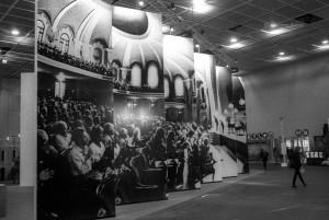 Grande pannello con una fotografia di Lorenzo Avico del concerto del pianista Alexander Lonquich (SettembreMusica 1992, Conservatorio), Ingresso del Primo Salone della Musica Lingotto Fiere, 10 - 15 ottobre 1996. Fotografia di Lorenzo Avico, 1996©Lorenzo Avico