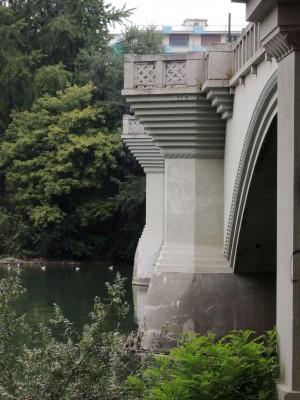 Particolare dei terrazzini del ponte di Sassi, ex ponte Principi di Piemonte. Fotografia di Edoardo Vigo, 2012.