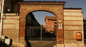 Portale principale della cascina Biasone. Fotografia di Edoardo Vigo, 2012.