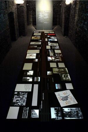 """Tavolo multimediale dell'allestimento permanente """"Torino 1938 – 1948. Dalle leggi razziali alla Costituzione"""". © Museo Diffuso della Resistenza, della Deportazione, della Guerra, dei Diritti e della Libertà"""
