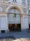 Piazza S. Carlo. Palla di cannone nella facciata di palazzo Solaro del Borgo. Fotografia di Fabrizio Zannoni, 2010.