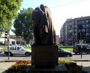 """Il """"Rondò della Forca"""" osservato a ridosso del monumento di San Giuseppe Cafasso verso via Cigna. Fotografia di Silvia Bertelli."""