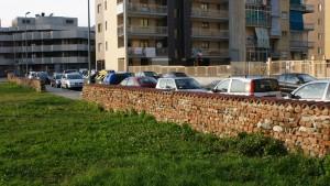 Porzione settentrionale del muro perimetrale della cascina Grangia. Fotografia di Edoardo Vigo, 2012.