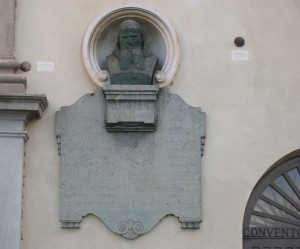 Santa Maria del Monte. Proietti del 1706 e del 1799 murati sulla facciata del convento dei Cappuccini ai lati della lapide dedicata a Guglielmo Massaia. Fotografia di Fabrizio Zannoni, 2010.