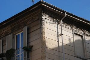 La palazzina di via Candia 6, particolare della decorazione. Fotografia di Giuseppe Beraudo, 2011.