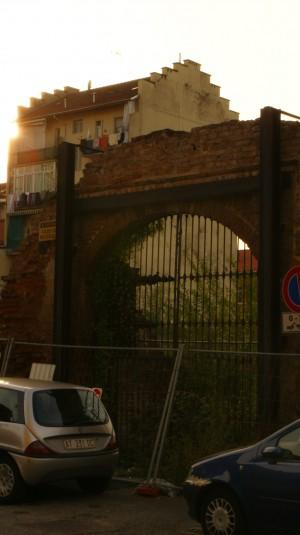 Uno dei portali conservati della cascina Grangia. Fotografia di Edoardo Vigo, 2012.