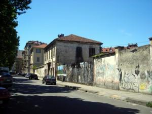 Scorcio della portineria e dell'edificio di via Santa Chiara 56. Fotografia di Silvia Bertelli.