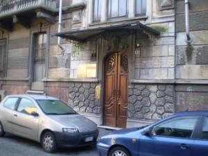 La pensilina in corrispondenza del portone di ingresso. Fotografia di Giuseppe Beraudo, 2010.