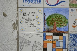 Muro della legalità (2012, le volontarie del Centrodonna), cascina Marchesa. Fotografia di Laura Tori, 2012