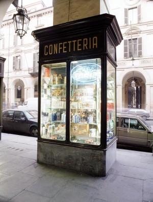 Pasticceria Abrate, vetrina a pilastro. Fotografia di Marco Corongi, 2001 ©Politecnico di Torino