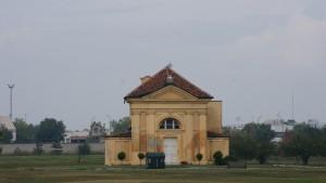 Cascina/cappella Tarino. Fotografia di Edoardo Vigo, 2012.