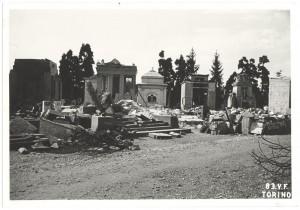 Cimitero Monumentale, Corso Novara (già Corso Tortona 76-78). Effetti prodotti dai bombardamenti dell'incursione aerea del 13 luglio 1943. UPA 3660_9E01-53. © Archivio Storico della Città di Torino/Archivio Storico Vigili del Fuoco