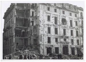 Corso Giulio Cesare angolo Via Vittorio Amedeo Cignaroli 3. Effetti prodotti dai bombardamenti dell'incursione aerea dell'8-9 dicembre 1942. UPA 2751D_9C05-59. © Archivio Storico della Città di Torino