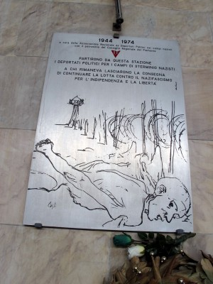 Lapide dedicata ai deportati politici, stazione di Porta Nuova, di fronte al binario di partenza dei trasporti per i campi, collocata dall'Aned. Fotografia di Sergio D'Orsi, 2013