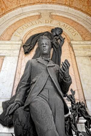 12 AV Odoardo Tabacchi (1831-1905),Tomba famiglia De Amicis (Arcata 223), la scultura è dedicata a Furio De Amicis. Fotografia di Roberto Cortese, 2018