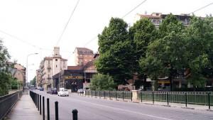 Veduta: ex Cinema Fortino, esercizi commerciali, edifici residenziali. Fotografia di Luca Davico, 2015 in www.immaginidelcambiamento.it